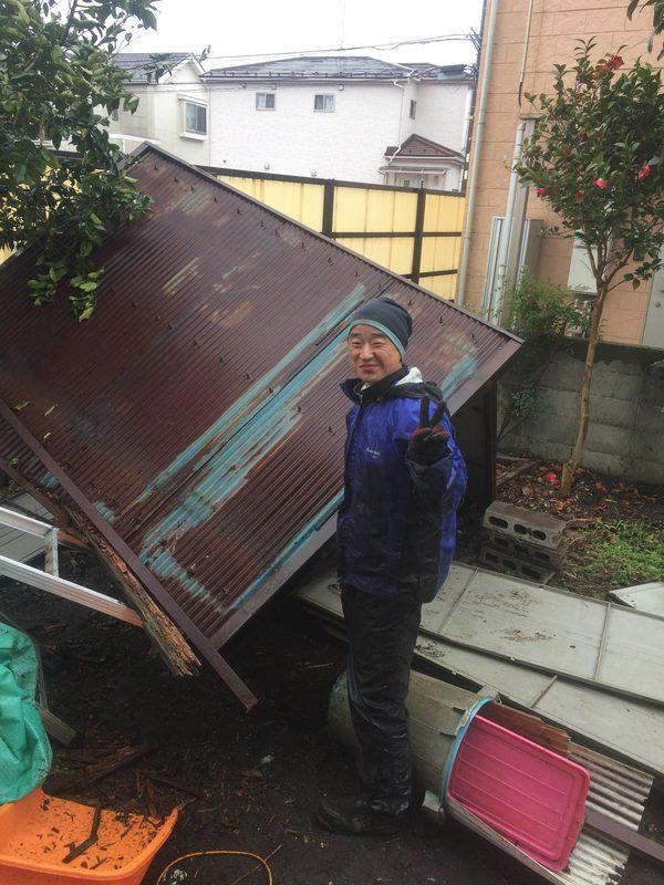雨の中小屋を解体していましたので、記念撮影のサムネイル