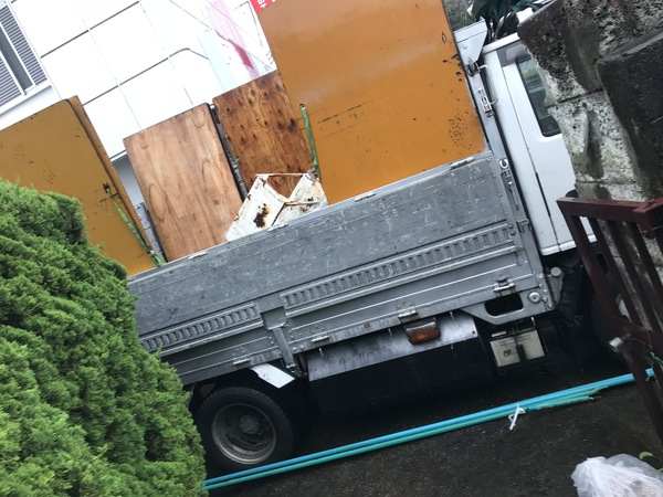 神奈川県藤沢市鵠沼藤ヶ谷にて、外の要らないもの2トン分回収しました。のサムネイル